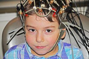 ребенок в электродах
