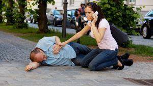 мужчина на улице упал