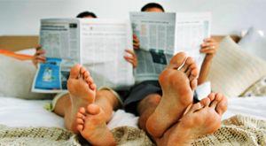 пара читает газеты