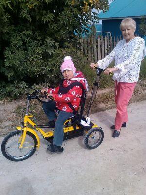 Ребенока на велотренажере