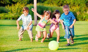детки играют в мяч