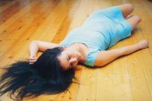 девушка упала на пол
