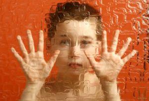 Ребенока за стеной