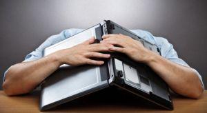 голова под ноутбуком