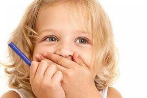 ребенок с закрытым ртом