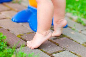 ребенок на носочках ходит