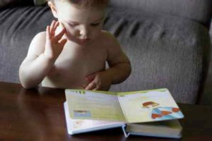 Ребенок чиитает