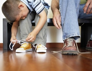 Не умеет завязывать шнурки