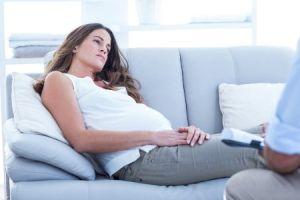 Беременная женщина грустит