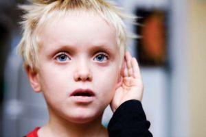 мальчик слушает