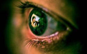 В глазах человек