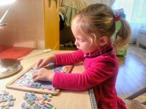 девочка занимается на дому