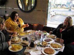 Толстухи за столом
