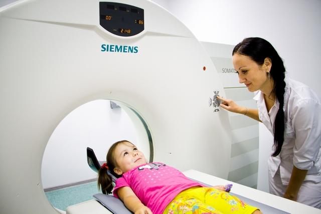Ребенок в аппарате МРТ